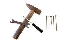 Молоток и ключ на белой предпосылке стоковые изображения rf