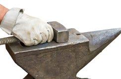 Молоток и наковальня кузнеца на белой предпосылке Стоковые Изображения RF