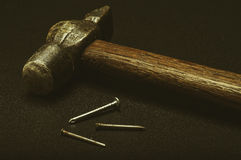 Молоток и ногти на черной предпосылке Стоковая Фотография RF