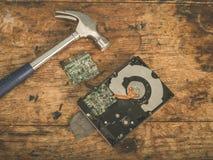 Молоток и поломанный трудный привод Стоковое фото RF