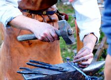 Молоток кузнеца работая на наковальне Стоковые Фото