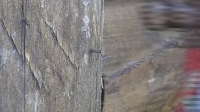 Молоток молотка ногтя к деревянному поляку акции видеоматериалы