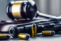 Молоток молотка судьи Правосудие и оружие Правосудие и судебная система в противозаконной пользе оружий Суждение в убийстве Стоковое Изображение