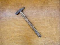 Молоток на деревянной предпосылке Стоковые Изображения