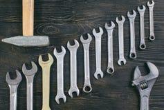 Молоток на деревянном гаечном ключе предпосылки Стоковое Изображение