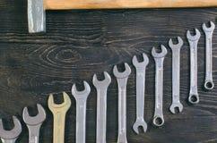 Молоток на деревянном гаечном ключе предпосылки стоковые фото
