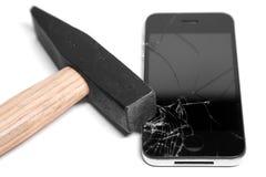 Молоток разрушает умный телефон Белая предпосылка стоковое фото