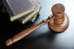 Молоток судей и старая книга на черном деревянном столе Стоковая Фотография RF