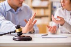 Молоток судьи выносить развод замужества стоковое фото