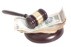 Молоток судьи и индийские бумажные деньги рупии валюты Стоковое Фото