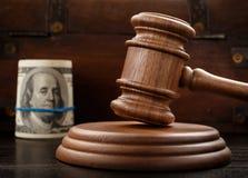 Молоток судьи и пачка счетов 100-доллара стоковое фото