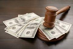 Молоток судьи с долларами стоковое изображение