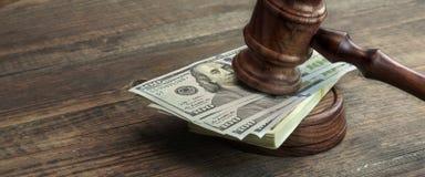 Молоток, Soundboard и пачка судей денег на таблице Стоковые Фото