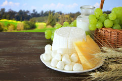 молочные продучты и плодоовощи Символы еврейского праздника - Shavuot стоковое изображение