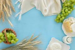 молочные продучты и плодоовощи Символы еврейского праздника - Shavuot стоковые изображения