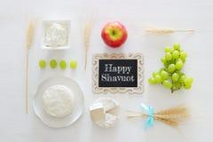 молочные продучты и плодоовощи Символы еврейского праздника - Shavuot стоковая фотография