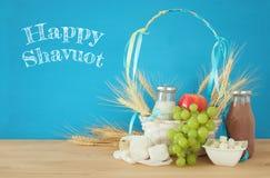 молочные продучты и плодоовощи Символы еврейского праздника - Shavuot стоковое фото
