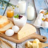 Молочные продучты, мед и свежие яичка Стоковые Изображения RF