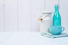 Молочные продучты на винтажной таблице стоковые фото