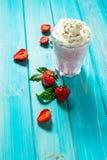 Молочный коктейль клубник и клубника свежих фруктов молоко коктеила Стоковые Изображения