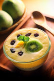 Молочный коктейль манго лета с пудингом семени Chia Стоковое Изображение RF