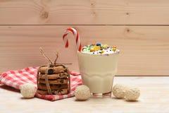 Молочный коктейль с конфетами и печеньями кокоса Стоковые Фотографии RF