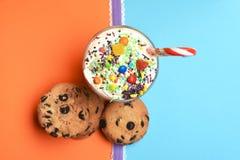 Молочный коктейль с красочными конфетами и печеньями Стоковое фото RF