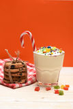 Молочный коктейль с красочными конфетами и печеньями Стоковая Фотография RF