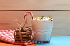 Молочный коктейль с красочными конфетами и печеньями Стоковые Фото