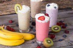Молочный коктейль с ягодами стоковые фотографии rf