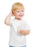 Молочный продучт смешного ребенк выпивая от изолированного стекла Стоковое Фото