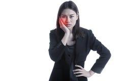 Молодая азиатская бизнес-леди получила toothache стоковая фотография rf