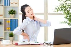 Молодая азиатская бизнес-леди с болью в шеи Стоковая Фотография RF