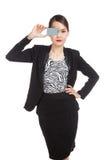 Молодая азиатская бизнес-леди с пустой карточкой над ее глазом Стоковые Изображения RF
