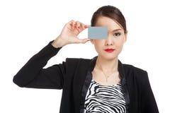 Молодая азиатская бизнес-леди с пустой карточкой над ее глазом Стоковые Изображения
