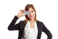 Молодая азиатская бизнес-леди с пустой карточкой над ее глазом Стоковое фото RF