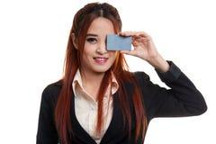 Молодая азиатская бизнес-леди с пустой карточкой над ее глазом Стоковая Фотография RF
