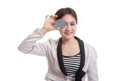 Молодая азиатская бизнес-леди с пустой карточкой над ее глазом Стоковое Фото