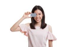 Молодая азиатская бизнес-леди с пустой карточкой над ее глазом Стоковое Изображение