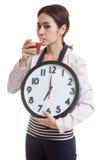 Молодая азиатская бизнес-леди с соком и часами томата Стоковое Изображение RF