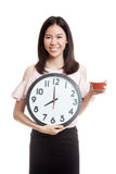 Молодая азиатская бизнес-леди с соком и часами томата Стоковое фото RF