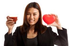 Молодая азиатская бизнес-леди с соком томата и красным сердцем Стоковое Фото