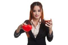 Молодая азиатская бизнес-леди с соком томата и красным сердцем Стоковые Изображения