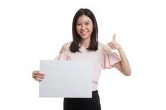Молодая азиатская выставка бизнес-леди thumbs вверх с белым пустым знаком Стоковые Изображения