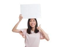 Молодая азиатская выставка бизнес-леди thumbs вверх с белым пустым знаком Стоковое Изображение