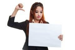 Молодая азиатская выставка бизнес-леди thumbs вниз с белым пробелом si Стоковое Фото