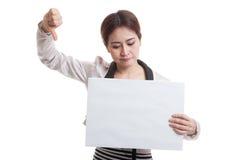 Молодая азиатская выставка бизнес-леди thumbs вниз с белым пробелом si Стоковая Фотография RF