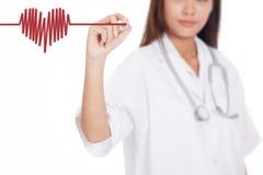 Молодая азиатская женская волна сердца притяжки доктора с красным marke Стоковые Фотографии RF
