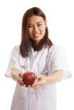 Молодая азиатская женская выставка доктора яблоко Стоковая Фотография