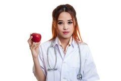 Молодая азиатская женская выставка доктора яблоко Стоковое Изображение RF